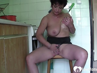 Older beauty likes to pleasure herself strongly