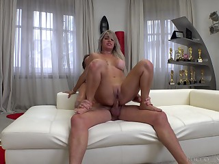 Amateur rides on culmination familiarize with and loves the sperm creaming her butt hole